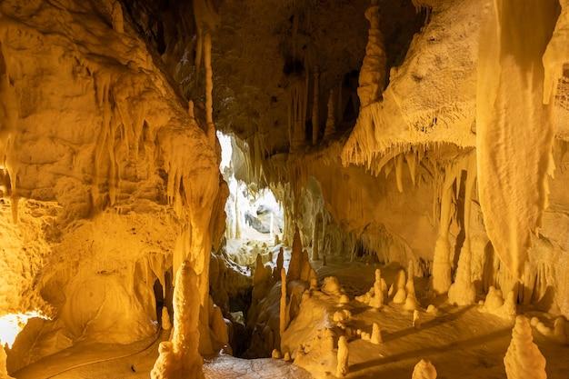 Stalactiet- en stalagmietenformaties in de frasassi-grotten in italië