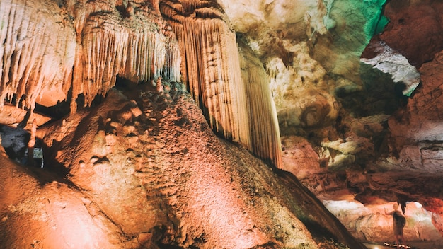 Stalagmieten en stalagmietengrotten