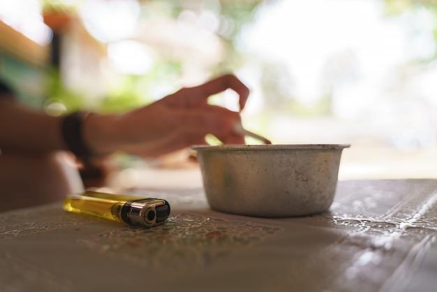 Stalen asbak voor sigaretten