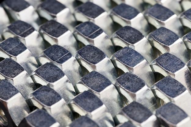 Stalen bevestigingsmiddelen boutmoeren gemaakt van hoogwaardig gelegeerd staal en andere elementen voor veilige bevestiging van elementen, moeren worden gebruikt voor het bevestigen van verschillende elementen, moer close-up
