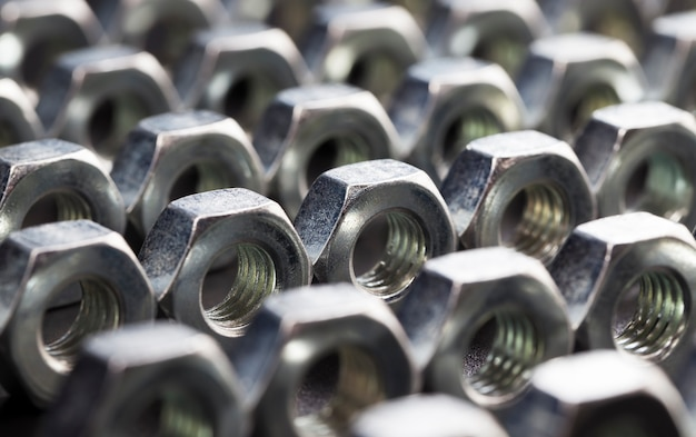 Stalen bevestigingsmiddelen boutmoeren gemaakt van hoogwaardig gelegeerd staal en andere elementen voor veilige bevestiging van elementen