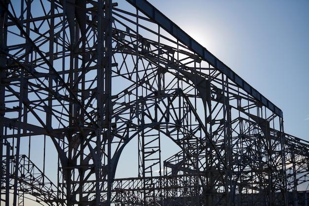 Stalen frame van magazijn voor goederen. metaalconstructie van spoorweggebouw.