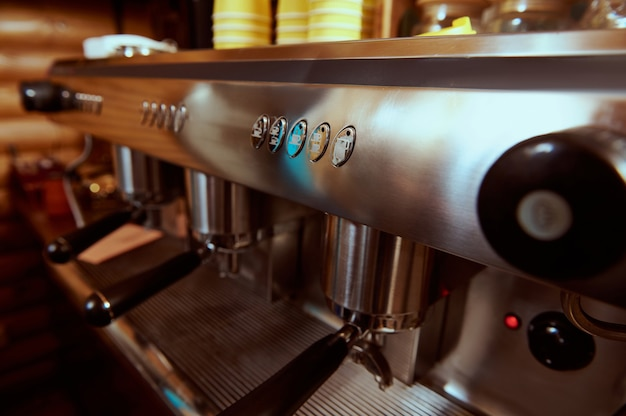 Stalen gestoomde professionele koffiemachine. detailopname