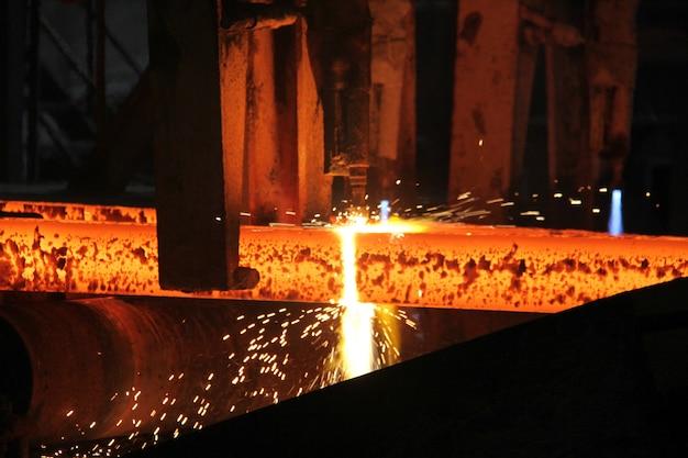 Stalen knuppels bij fakkelsnijden in metallurgische installaties. metallurgische productie, zware industrie, engineering, staalproductie.