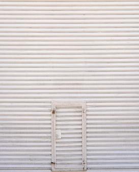 Stalen metalen muur achtergrond met deur