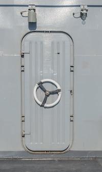 Stalen oorlogsschip deur