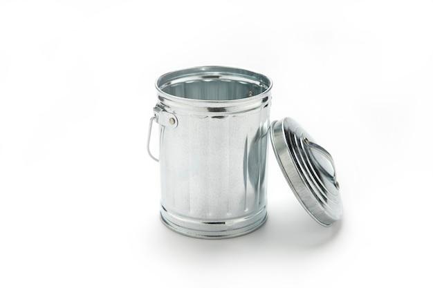 Stalen prullenbak kan isoleren op een wit oppervlak.