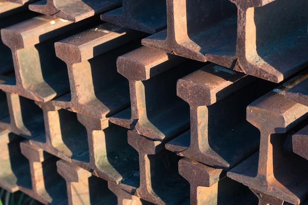 Stalen rails volgen dicht op elkaar naast het spoor