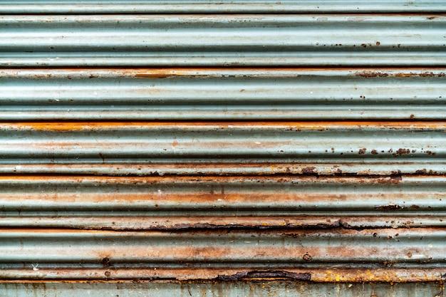 Stalen rustieke vintage roldeur. rustieke sluitertijd textuur. perfect voor achtergrond.