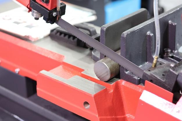 Stalen staven snijden met lintzaagmachine