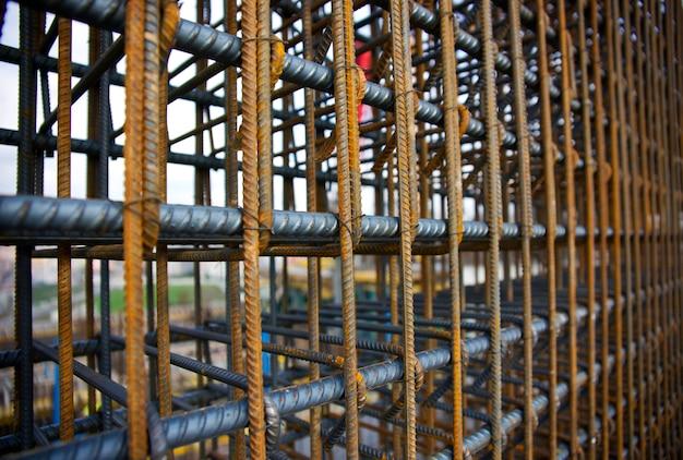Stalen staven van een gebouw in aanbouw