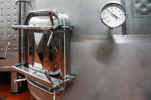 Stalen vaten voor fermentatie van wijn in wijnmakersfabriek