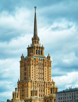 Stalin-architectuur op de stadsachtergrond van moskou
