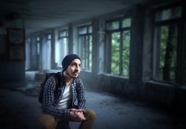 Stalker, alleen reiziger op de ruïnes van het verlaten huis.