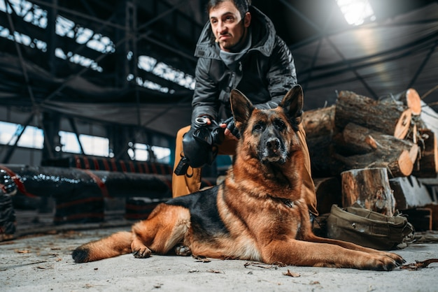Stalker en hond, vrienden in de post-apocalyptische wereld. post-apocalyps levensstijl op ruïnes, dag des oordeels, dag des oordeels