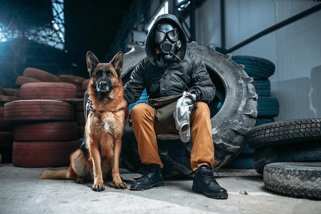 Stalker in gasmasker en hond, post-apocalyps