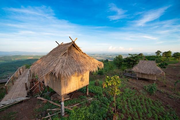 Stam bamboe hut in berg met blauwe hemel