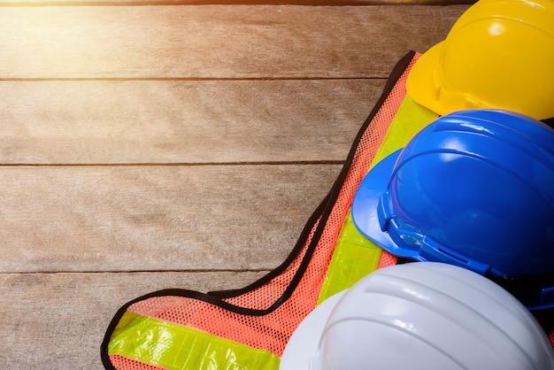 Standaard constructie veiligheidsuitrusting op houten tafel. bovenaanzicht