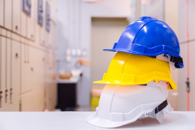 Standaard constructiebeveiligingsapparatuur in controlekamer, constructie- en veiligheidsconcept.