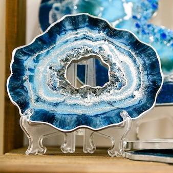 Standaard, dienblad of decoratief element gemaakt van epoxyhars op een kunststof standaard.