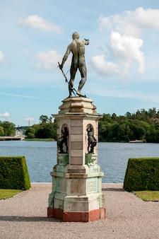 Standbeeld bij drottningholm-paleis, drottningholm, stockholm, zweden