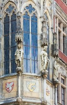 Standbeeld buiten het oude stadhuis van praag, tsjechië