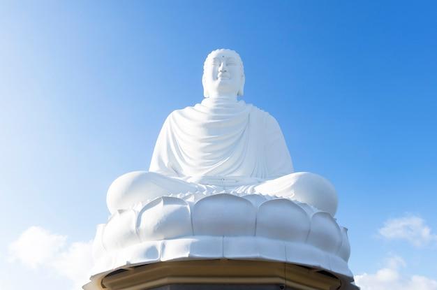 Standbeeld, een monument voor boeddha in vietnam