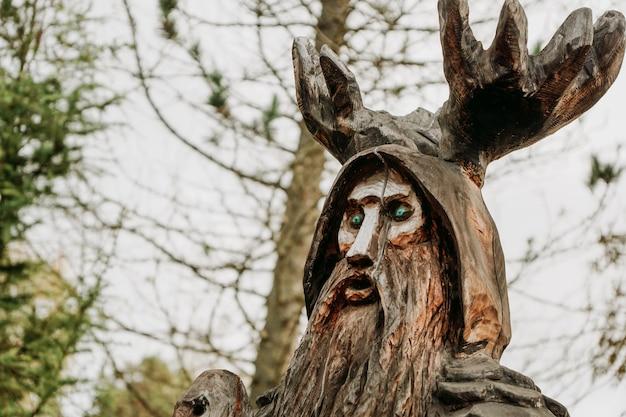 Standbeeld gemaakt van hout in de stad lahdenpohja in de republiek karelië. lokale attracties. rusland, 19 september 2021