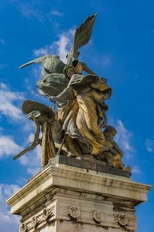 Standbeeld il pensiero door giulio monteverde in vittoriano in rome, italië