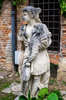 Standbeeld op de binnenplaats van de eeuw van het teatro olimpico in vicenza, italië, gemaakt door architect andrea palladio in 1585