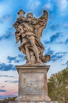 Standbeeld op de sant'angelo-brug in het historische hart van rome, italië