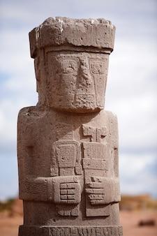 Standbeeld op kalasasaya tempel in tiwanaku, bolivia