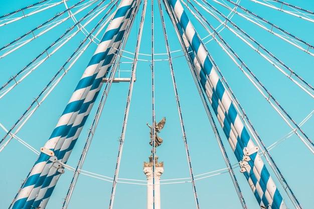 Standbeeld op voetstuk en blauwe hemel