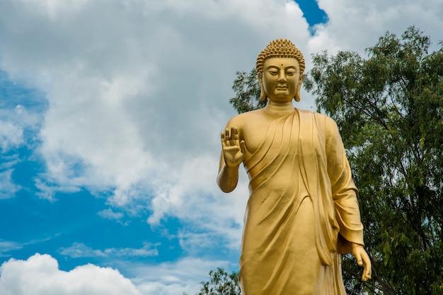 Standbeeld van boeddha in de hemel. reus boeddhabeeld.