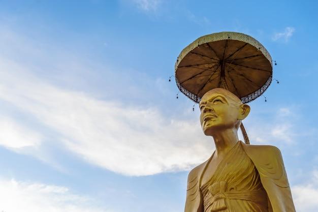 Standbeeld van close-up het gouden boedha in thaise lannatempel