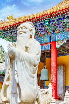 Standbeeld van confucius, de grote chinese filosoof in de tempel van confucius in beijing.china.focus op de achtergrond.