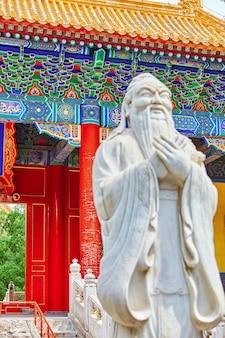 Standbeeld van confucius, de grote chinese filosoof in de tempel van confucius in beijing.focus op de achtergrond.china.