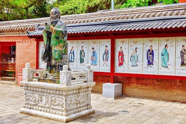 Standbeeld van confucius, de grote chinese filosoof in tempel van confucius in beijing.china.