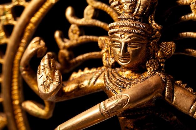 Standbeeld van de indiase hindoe-god shiva nataraja - lord of dance