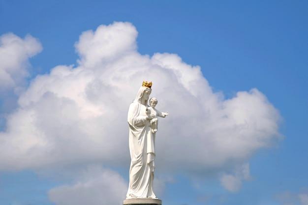 Standbeeld van de maagd maria met kleine jezus
