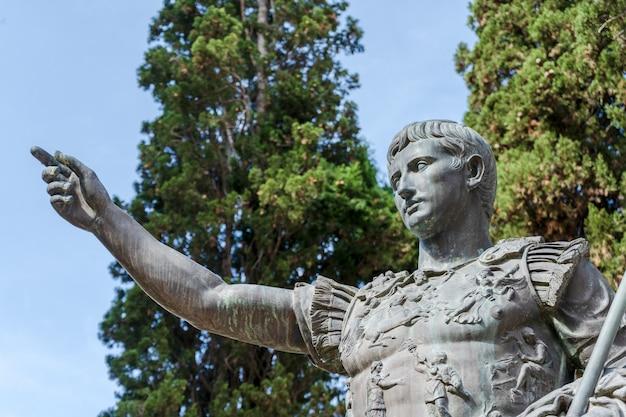 Standbeeld van de romeinse keizer caesar