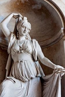 Standbeeld van een vrouw