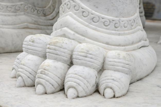 Standbeeld van het textuur het marmeren detail in boeddhismetempel
