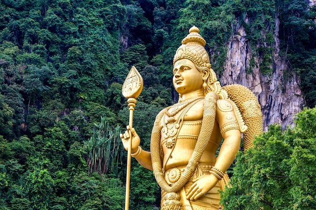Standbeeld van hindoe-god murugan in batu-grot in kuala lumpur in maleisië