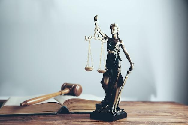 Standbeeld van justitie en houten hamer