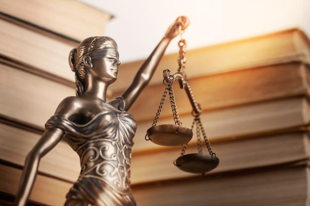 Standbeeld van justitie op bokeh-achtergrond