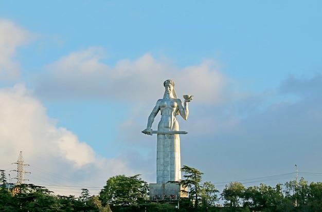 Standbeeld van kartlis deda of moeder van de georgiër, het iconische monument kan bijna vanaf elk punt in tbilisi, georgië worden gezien