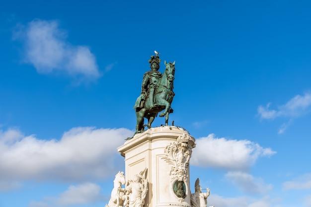Standbeeld van koning jose op het commerce-plein (praca do comercio) in lissabon, portugal