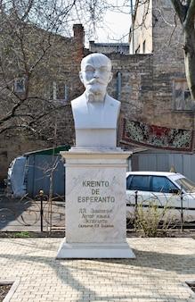 Standbeeld van ll zamenhof, de maker van esperanto. odessa, oekraïne