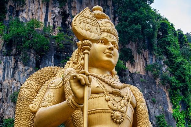 Standbeeld van lord muragan en ingang bij batu caves in kuala lumpur, maleisië.